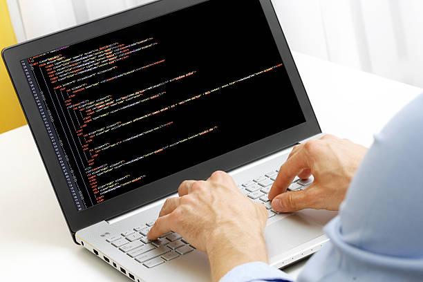 programador profesión-hombre escribiendo en computadora portátil código de programación - robo de identidad fotografías e imágenes de stock