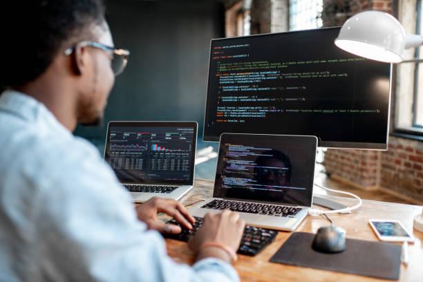 программист, работающий с программный код - технологии стоковые фото и изображения