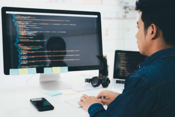 Programmierer und Entwicklerteams programmieren und entwickeln Software – Foto