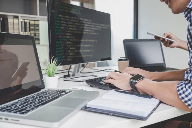 zusammenarbeit bei entwicklung programmierung und website arbeitet in einer software programmierer entwickeln firmensitz, schreiben von codes und datencode eingeben - webdesigner stock-fotos und bilder