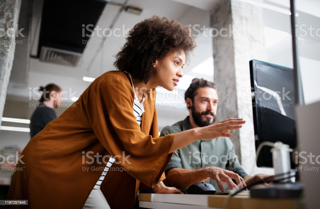 Programmers cooperating at IT company developing apps - Royalty-free Adulto Foto de stock
