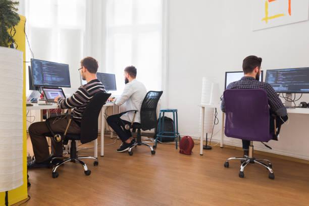 Programmierer arbeiten zusammen im Büro – Foto