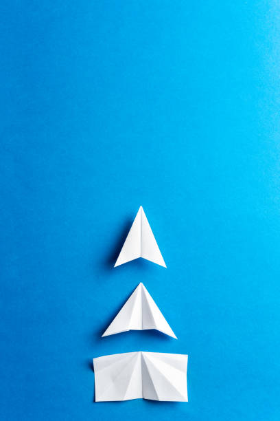 progress-concept. ontwikkelings bereik, motivatie, groeiconcept. business concept van doelen, succes, prestatie en uitdaging. wit papier vliegtuigen in aanbouw op blauwe achtergrond. - vooruitgang stockfoto's en -beelden
