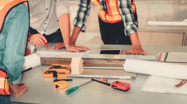 projektledningen av ingenjör och arkitekt hyvling brainstorming för nya projekt, konstruktion affärsidé - projektledning bildbanksfoton och bilder
