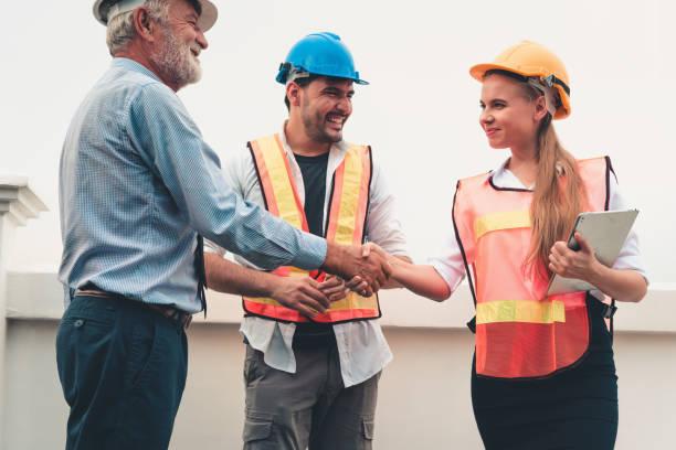 project management team av ingenjörer och arkitekter är handskakning tillsammans efter att hantera sina projekt, konstruktion affärsidéer - projektledning bildbanksfoton och bilder