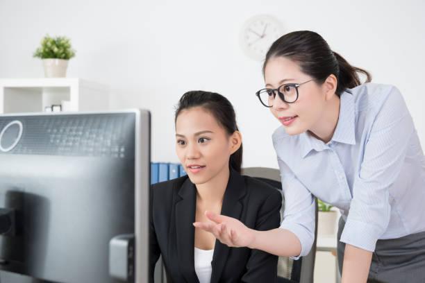 projektmanager lehrt ihr untergebener - projektmanager stock-fotos und bilder