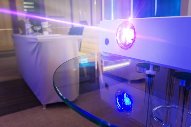 Projektor im Konferenzraum mit verschwommenen Menschen Hintergrund, Projektor für die Präsentation in leichten Blauton – Foto