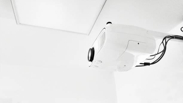 projektor und leinwand - tageslichtbeamer stock-fotos und bilder