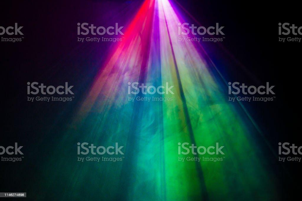 projecteur projecteurs couleur arc-en-ciel sur la texture de fumée. - Photo de Abstrait libre de droits