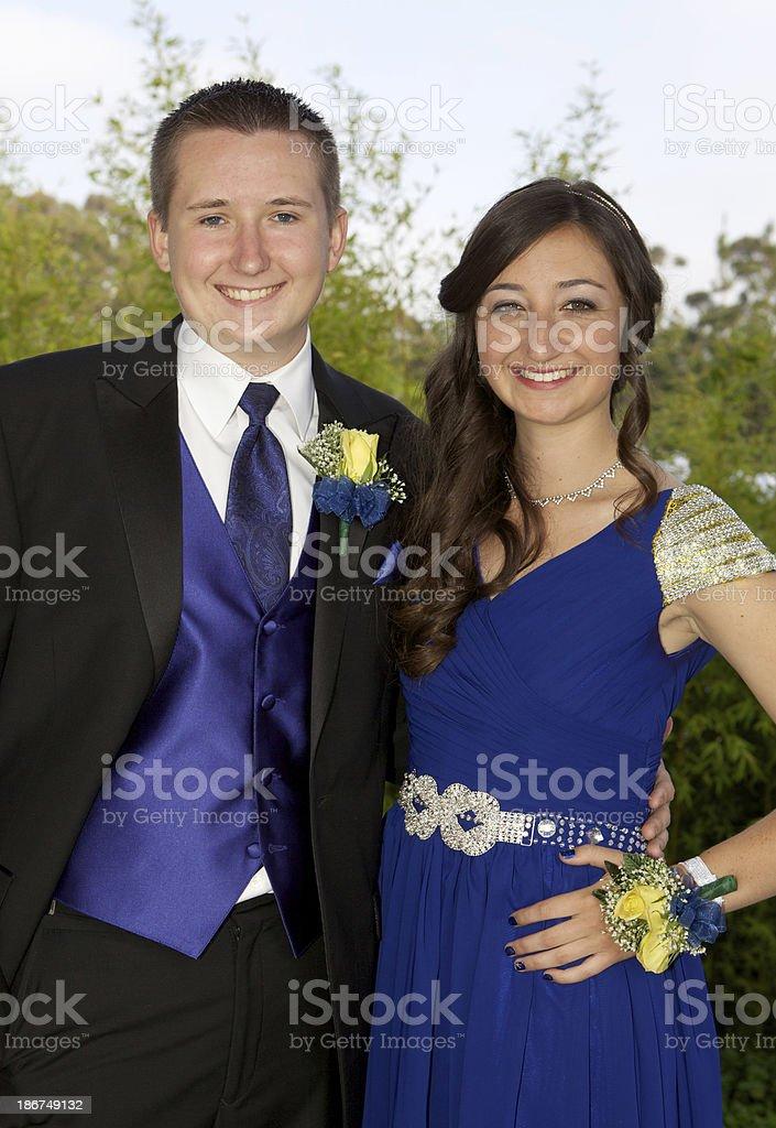 Prom Paar Lächelnd Im Freien Blauen Kleid Stock-Fotografie und mehr ...