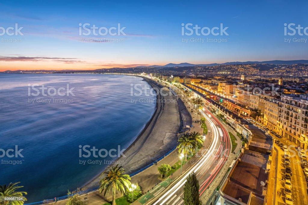 Promenade und Küste von Azure in der Abenddämmerung in Nizza – Foto