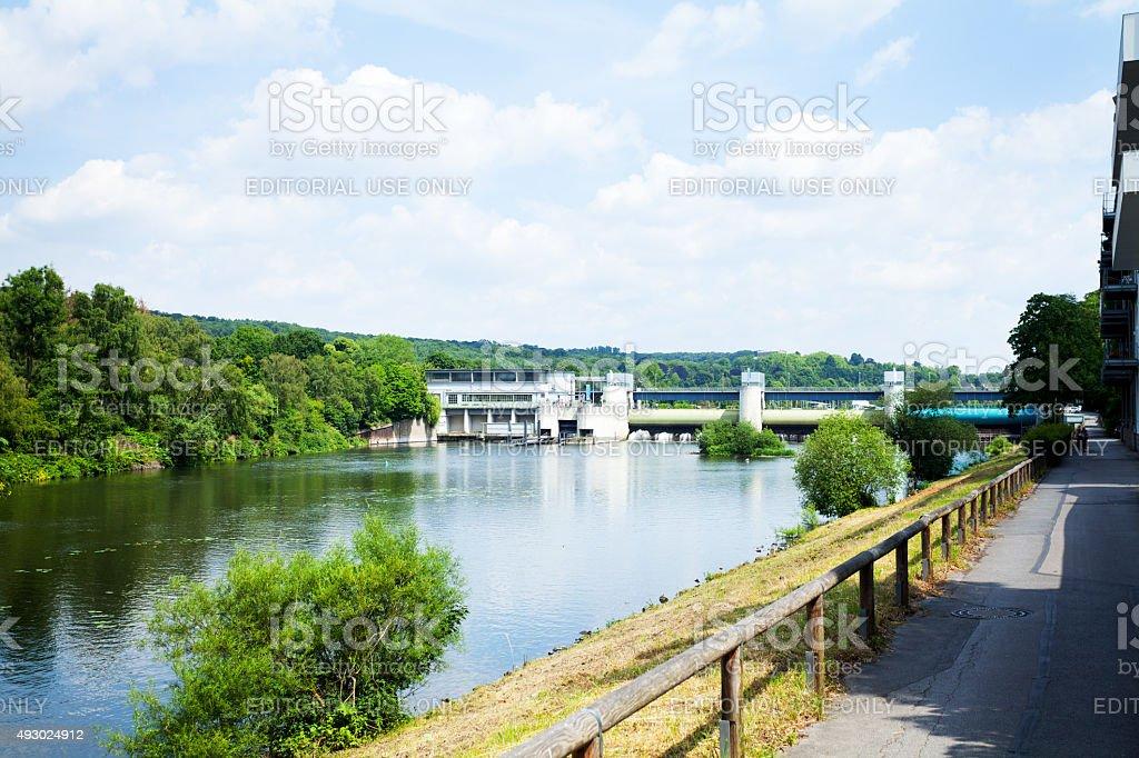 Promenade am Fluss Ruhr und dam Baldeneysee im Sommer – Foto