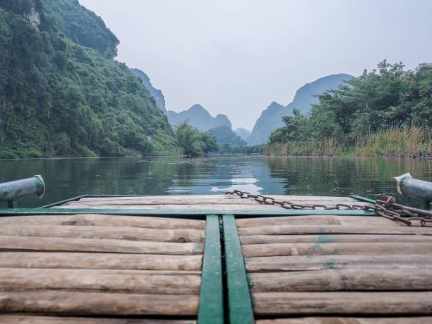 Promenade en Barque dans la Baie d'Along terrestre - Photo