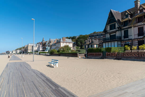 Promenade on the beach of Trouville-sur-Mer, Normandy, France Promenade am Strand von Trouville-sur-Mer, Normandie, Frankreich calvados stock pictures, royalty-free photos & images