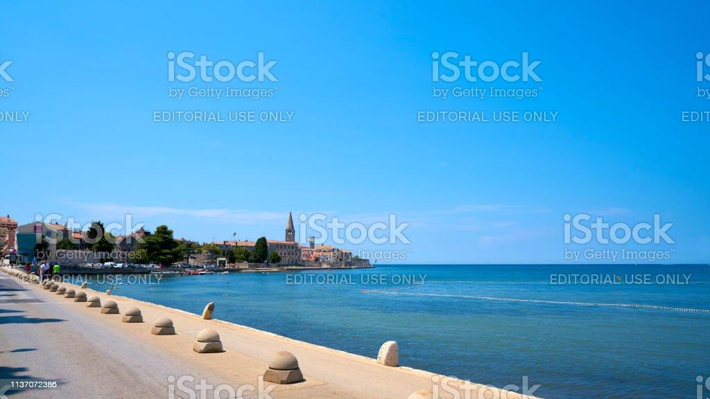 Promenade mit der historischen Altstadt von Porec in Kroatien – Foto