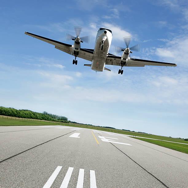 XL Propellerflugzeug Landung auf die Start- und Landebahn – Foto