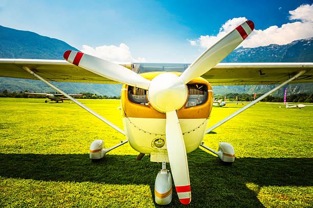 propellerflugzeug - flugschule stock-fotos und bilder