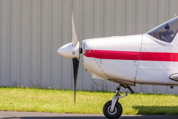 propeller-flugzeug auf dem rollfeld eines flughafens - flugschule stock-fotos und bilder