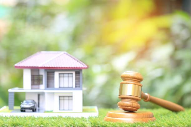 immobilienauktion, gavel holz-und modellhaus auf naturgrünem grund, rechtsanwalt von wohnimmobilien und immobilienkonzept - versteigerung stock-fotos und bilder