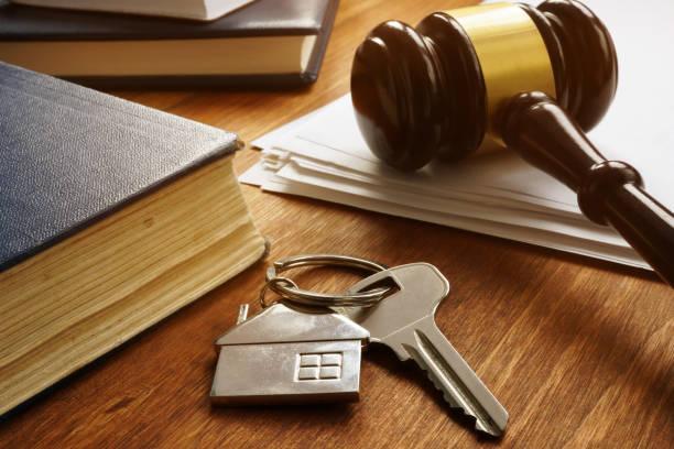 Immobilienrechtskonzept. Schlüssel aus Immobilien und Gavel. – Foto