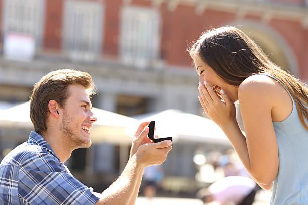 vorschlag auf der straße fragen zu heiraten mann seine freundin - verlobung stock-fotos und bilder