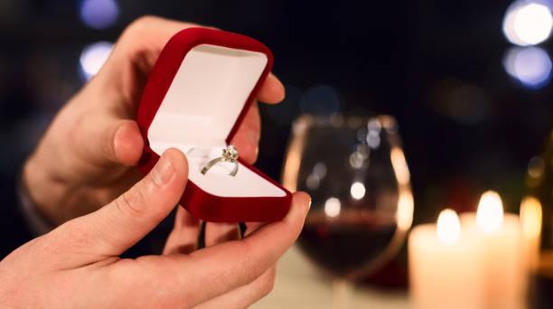 förslag på alla hjärtans dag koncept - förlovningsring bildbanksfoton och bilder