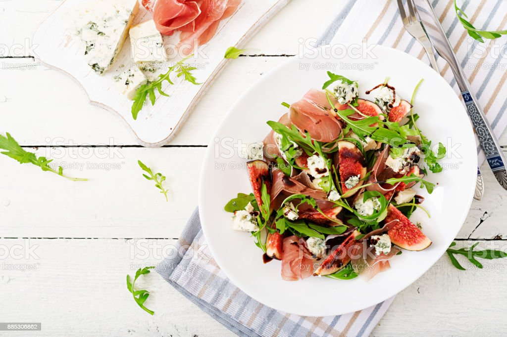 Prosciutto di Parma Salat mit Feigen und Blauschimmelkäse. Flach zu legen. Ansicht von oben – Foto