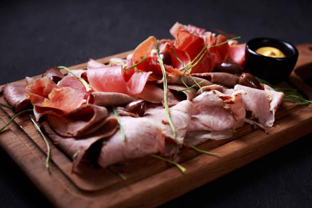 prosciutto, jamón y carne delicatessen a bordo - tienda delicatessen fotografías e imágenes de stock