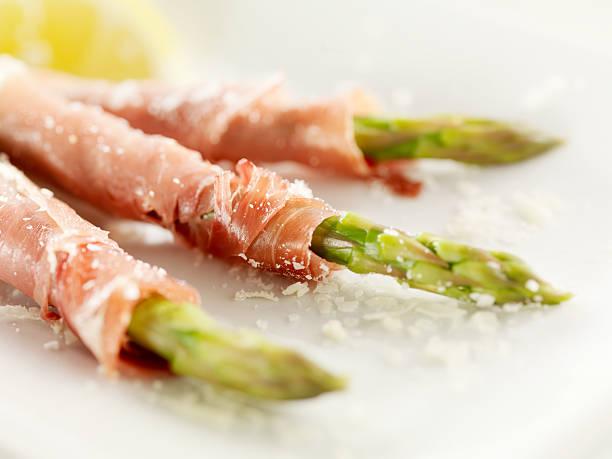 prosciutto wrapped asparagus - parma jambonu stok fotoğraflar ve resimler