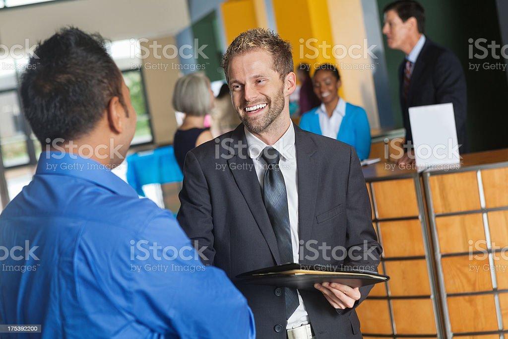 Potenzieller Arbeitgeber über Unternehmen mit Geschäftsmann im job fair – Foto