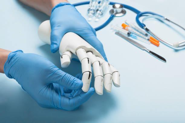 診療所の医師で義肢手。人工的な肢 - 四肢 ストックフォトと画像