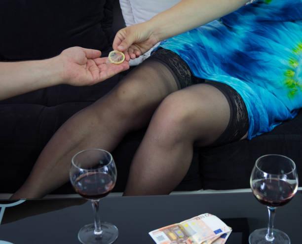 prostituierte am arbeitsplatz - enge kleider stock-fotos und bilder