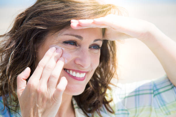 protecting skin from sun - filtro solar - fotografias e filmes do acervo