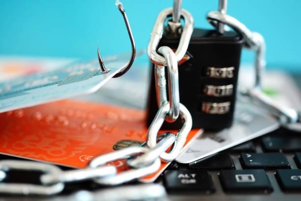 schutz vor phishing-angriff-konzept mit kreditkarten in angelhaken, vorhängeschloss und kette - bankhaken stock-fotos und bilder