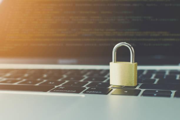 protezione del computer di sicurezza della rete e sicurezza del concetto di dati. laptop che lavora sviluppare un programma di codifica con tasto sulla tastiera - protezione foto e immagini stock