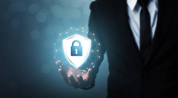Protection réseau sécuritaire et ordinateur de sécurité votre concept de données, bouclier holding homme d'affaires protéger icône - Photo