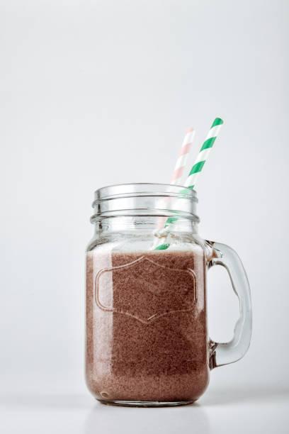protein schokolade cocktail oder sport-ernährung und training. funktionelle lebensmittel ohne kalorien. - kaffee protein shakes stock-fotos und bilder