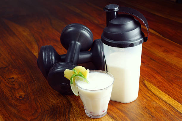 proteinshake nach dem training - low carb shakes stock-fotos und bilder