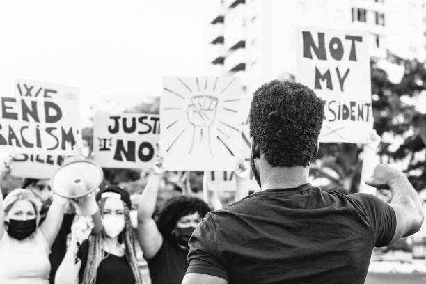 las vidas negras importan un movimiento activista que protesta contra el racismo y lucha por la igualdad - manifestantes de diferentes culturas y protestas raciales en la calle por la justicia y la igualdad de derechos - civil rights fotografías e imágenes de stock