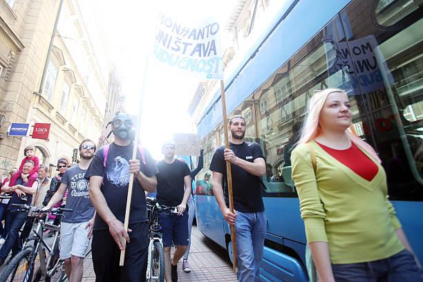 protest gegen monsanto, zagreb, kroatien - cro maske stock-fotos und bilder
