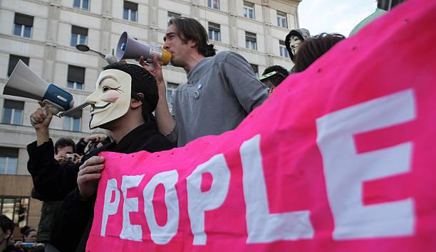la gente protesta con banner - anonymous red activista fotografías e imágenes de stock