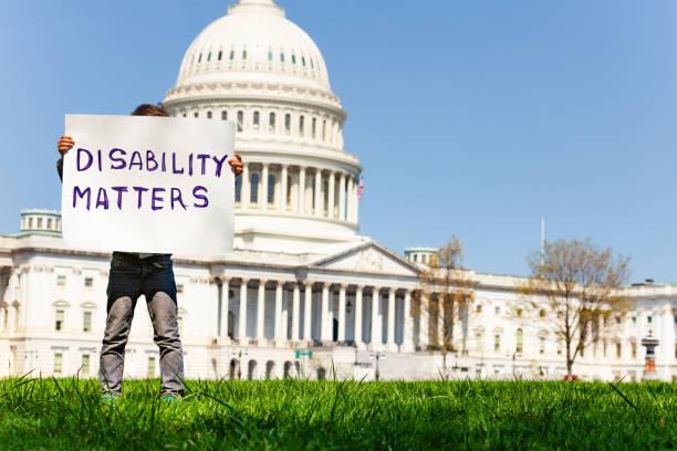 Protester Junge hält Schild Behindertenangelegenheiten versteckt Gesicht – Foto