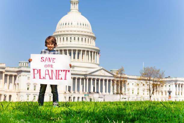 拿著牌子的抗議者把我們的星球交到了手中 - 氣候 個照片及圖片檔