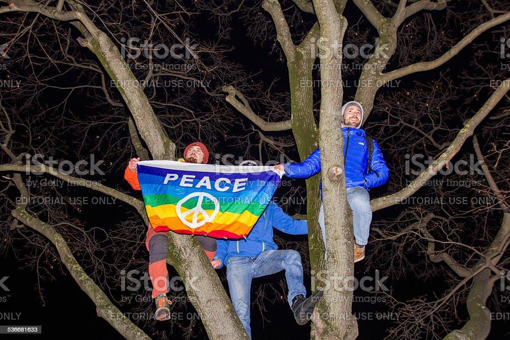 Peace Demonstration gegen die hält Sie Flagge – Foto