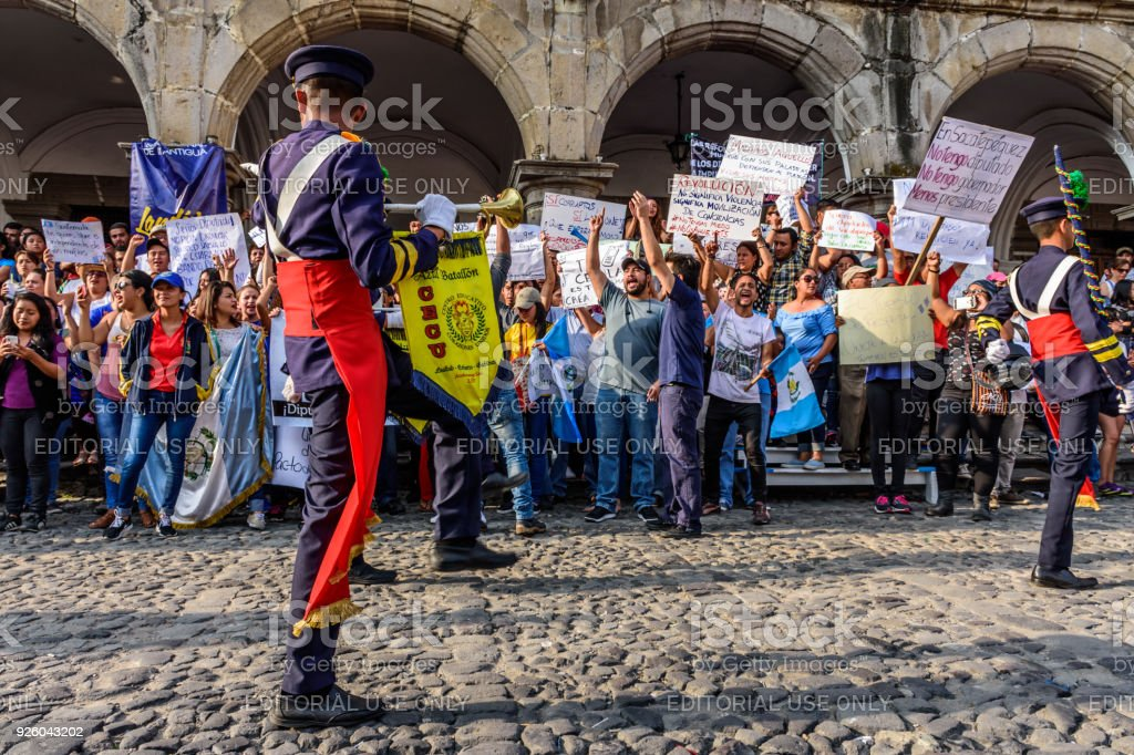 Los manifestantes y la banda de música en el día de la independencia de Guatemala, Antigua, Guatemala - foto de stock