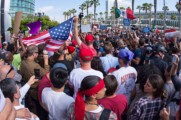 protesters peacefully face off at trump rally - trump stockfoto's en -beelden