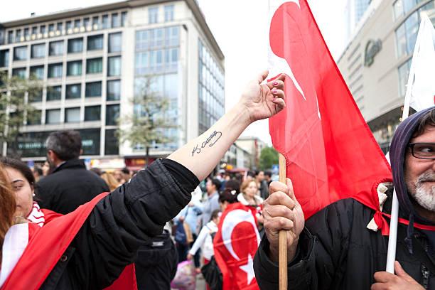 protest gegen türkische regierung - rebellenflaggen tattoos stock-fotos und bilder