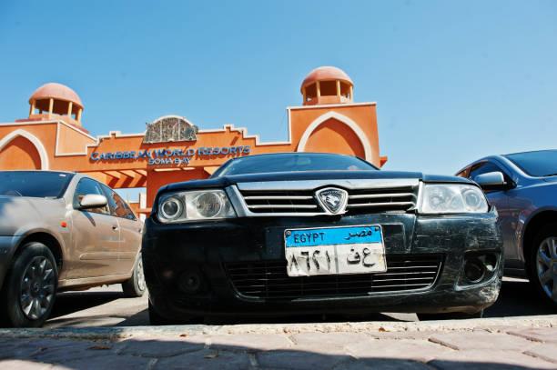 proton-auto mit kfz-kennzeichen in der nähe von luxus-resort caribbean world soma bay ägypten - proton auto stock-fotos und bilder