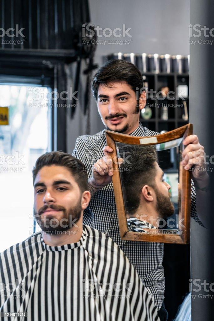 Stolz Zeigt Mannlicher Kunde Seine Neue Haare Stil Lachelnd Barbier
