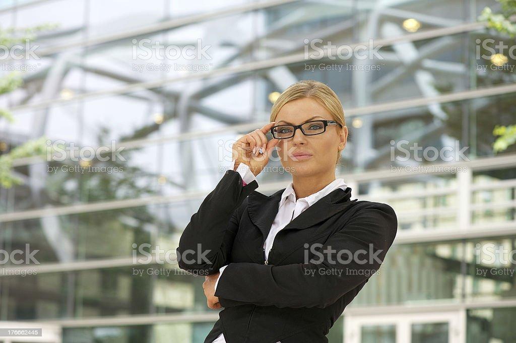 Orgullosos de mujer de negocios de pie en la ciudad foto de stock libre de derechos